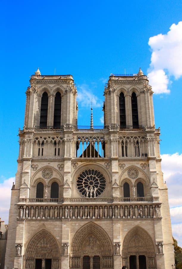 Fachada de la catedral famosa de Notre Dame de Paris, Francia imagenes de archivo