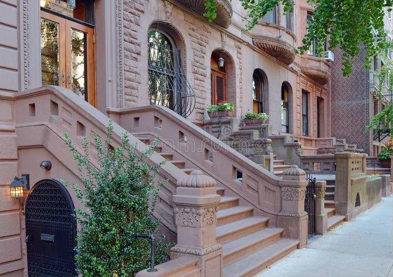 Fachada de la construcción de viviendas de la arenisca de color oscuro, Nueva York fotos de archivo