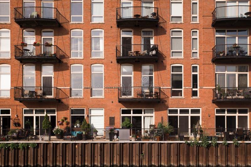 Fachada de la construcción de viviendas con los balcones fotografía de archivo libre de regalías