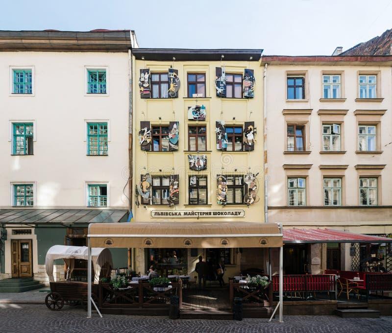 Fachada de la fábrica hecha a mano del chocolate de Lviv en centro de ciudad histórico Ciudad vieja de Lviv y de la atracción tur imágenes de archivo libres de regalías