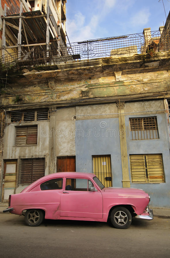 Fachada de La Habana y coche viejos de la vendimia imagen de archivo libre de regalías