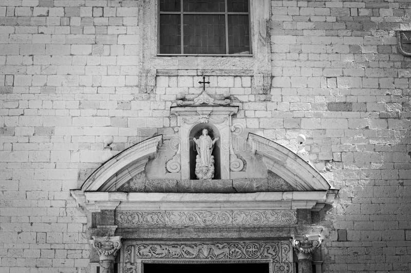 Fachada de la iglesia con la estatua religiosa imagen de archivo