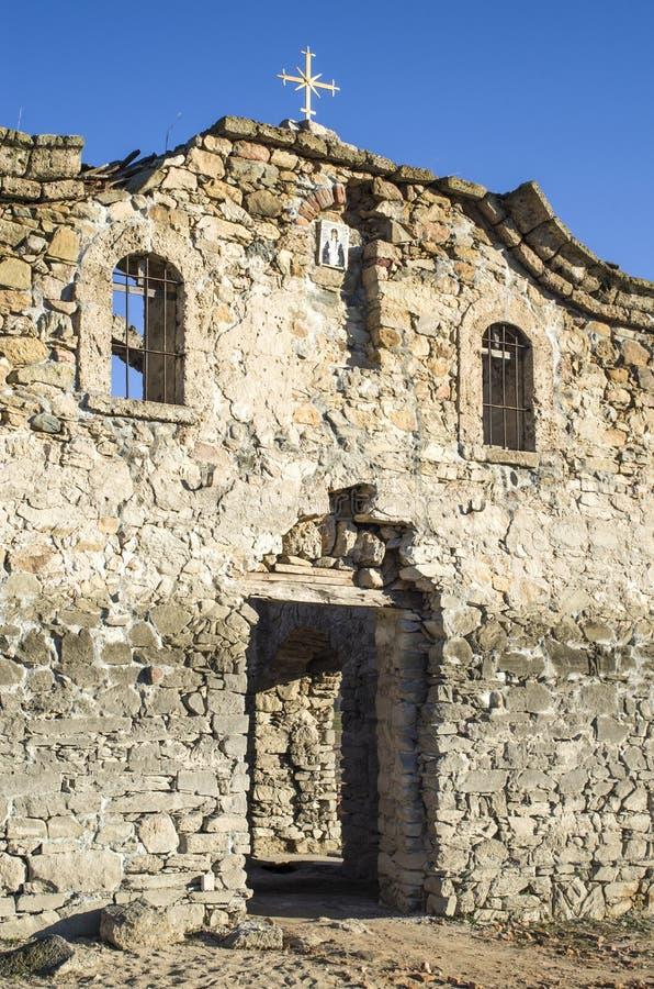 Fachada de la iglesia rural arruinada en la presa Jrebchevo, Bulgaria imagen de archivo