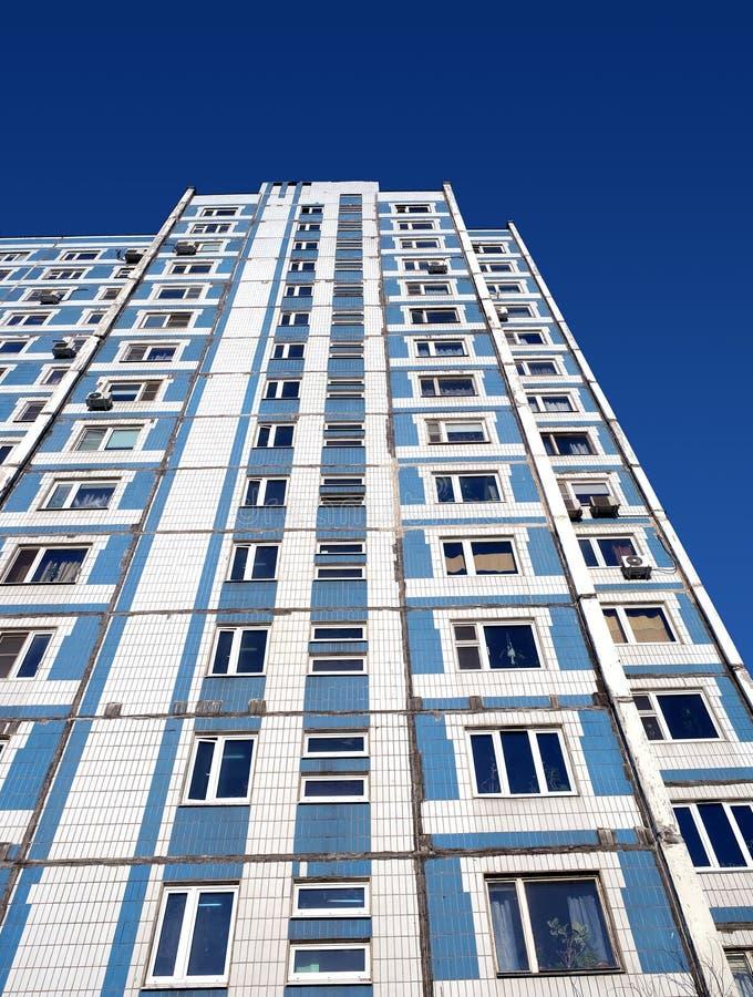 Fachada de la parte inferior moderna de la construcción de viviendas encima de la visión fotografía de archivo