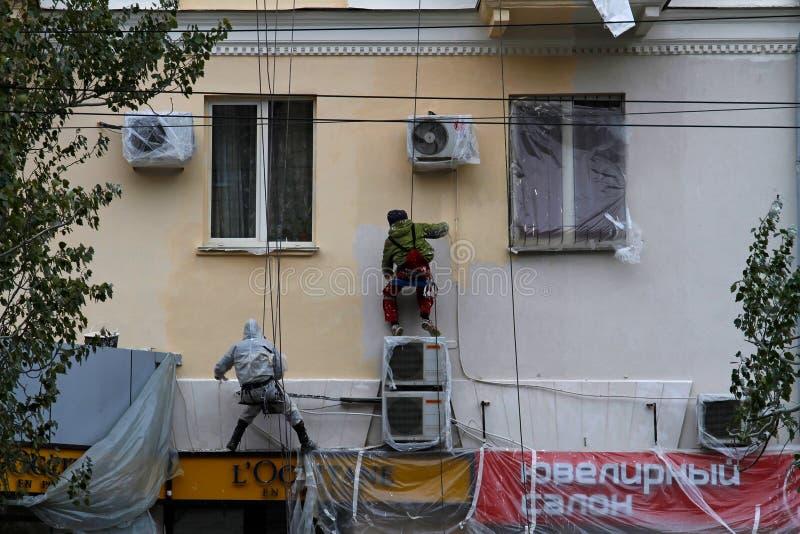 Fachada de la pintura del trabajador del constructor de la casa del edificio en Stalingrad fotos de archivo libres de regalías