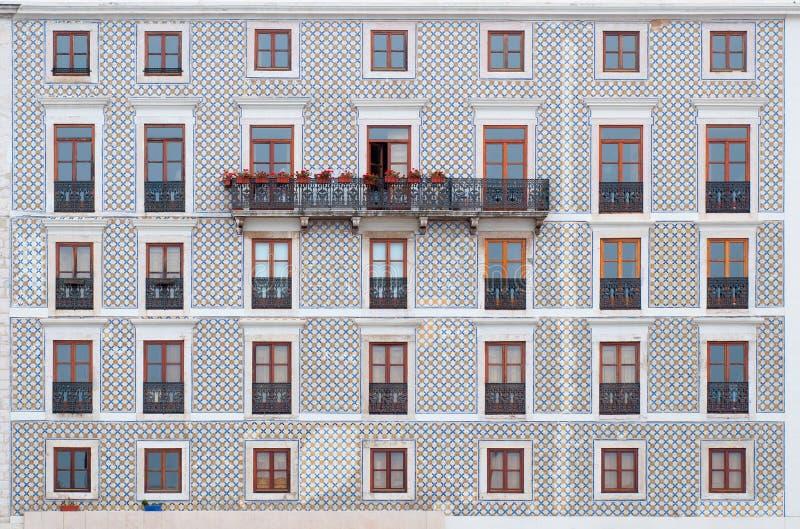 Fachada de la teja con las ventanas de madera Arquitectura típica de Lisboa, Portugal fotografía de archivo