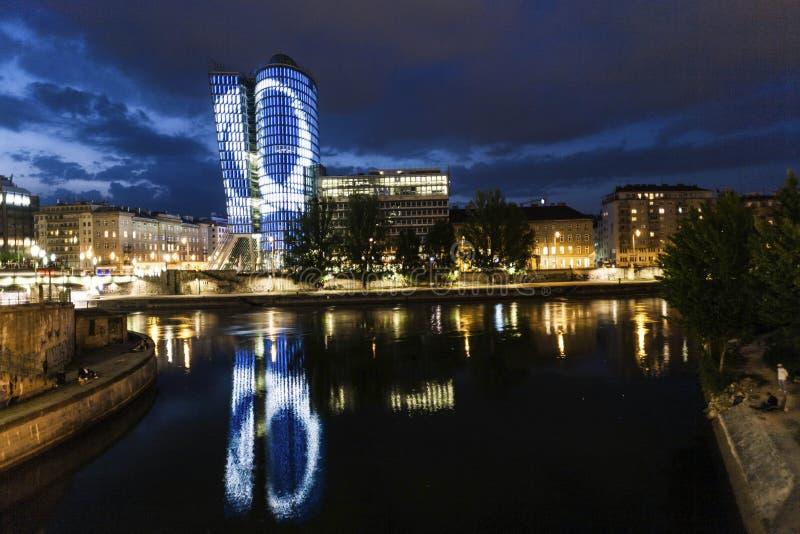 Fachada de la torre del uniqua por noche imagenes de archivo