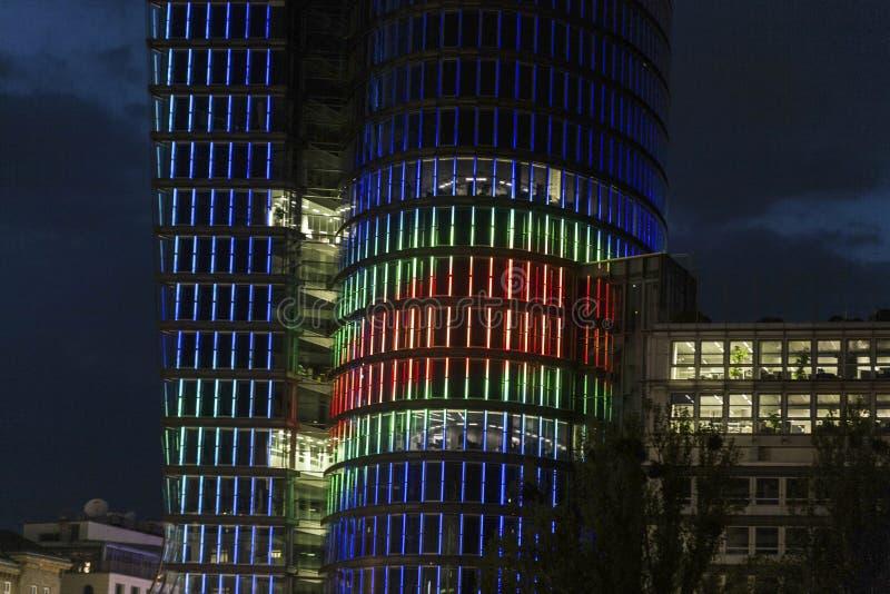 Fachada de la torre del uniqua por noche imágenes de archivo libres de regalías