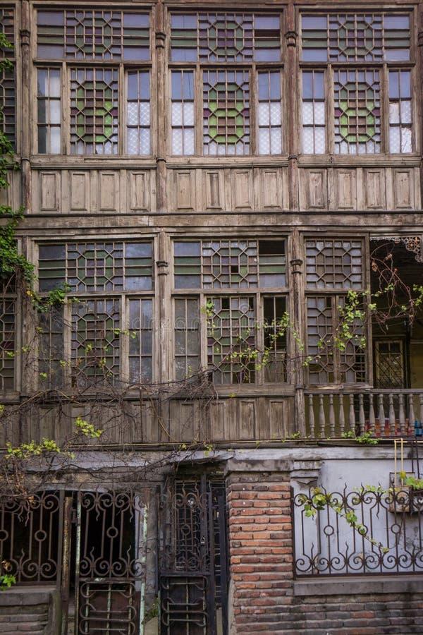 Fachada de madeira dividida da casa em tbilisi imagem de stock royalty free
