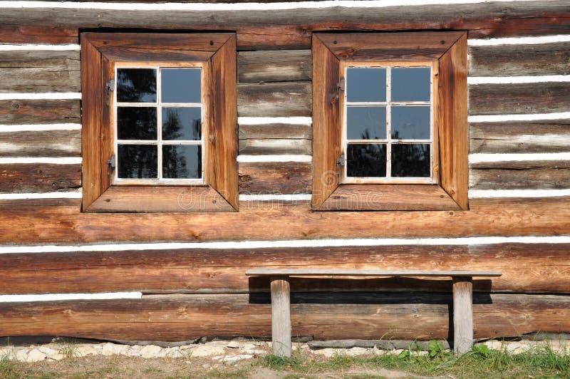 Fachada de madera de la cabaña con las ventanas imágenes de archivo libres de regalías