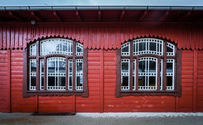 Fachada de madera del edificio imagenes de archivo