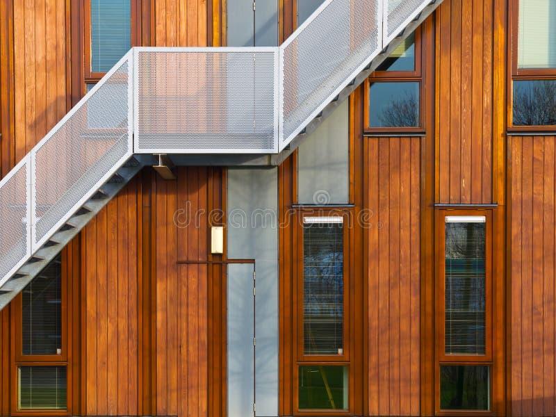 Fachada de madera moderna fotos de archivo