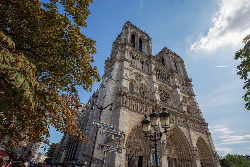 Fachada de Notre Dame de Paris Chatedral en París, Francia fotos de archivo