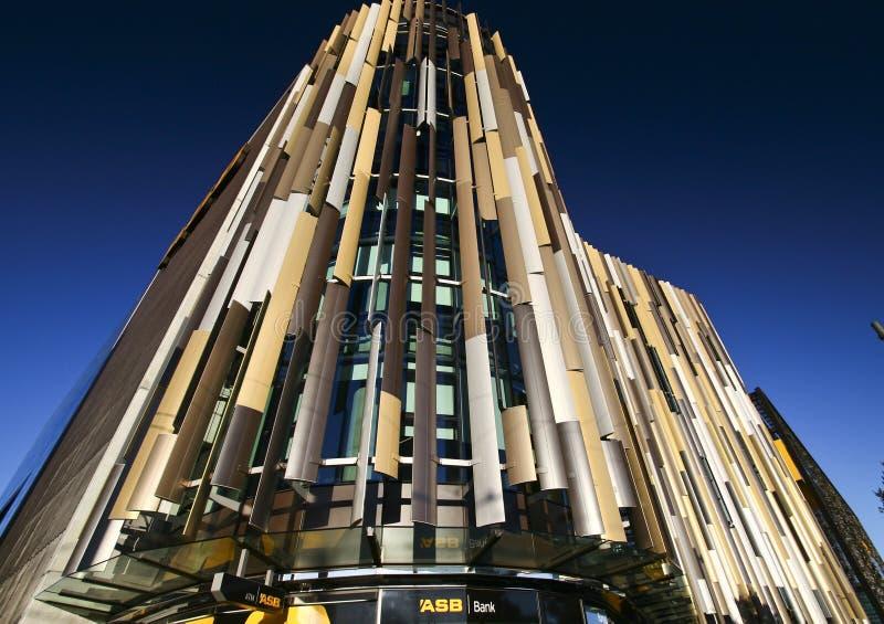 Fachada de ondulação louvered colorida moderna de matrizes do banco de ASB, cais norte, quarto de Wynyard, Auckland, Nova Zelândi imagem de stock royalty free