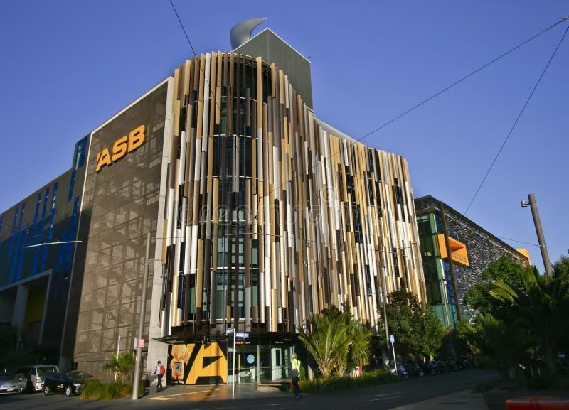 Fachada de ondulação louvered colorida moderna de matrizes do banco de ASB, quarto norte de Wynyard do cais, Auckland, Nova Zelân foto de stock
