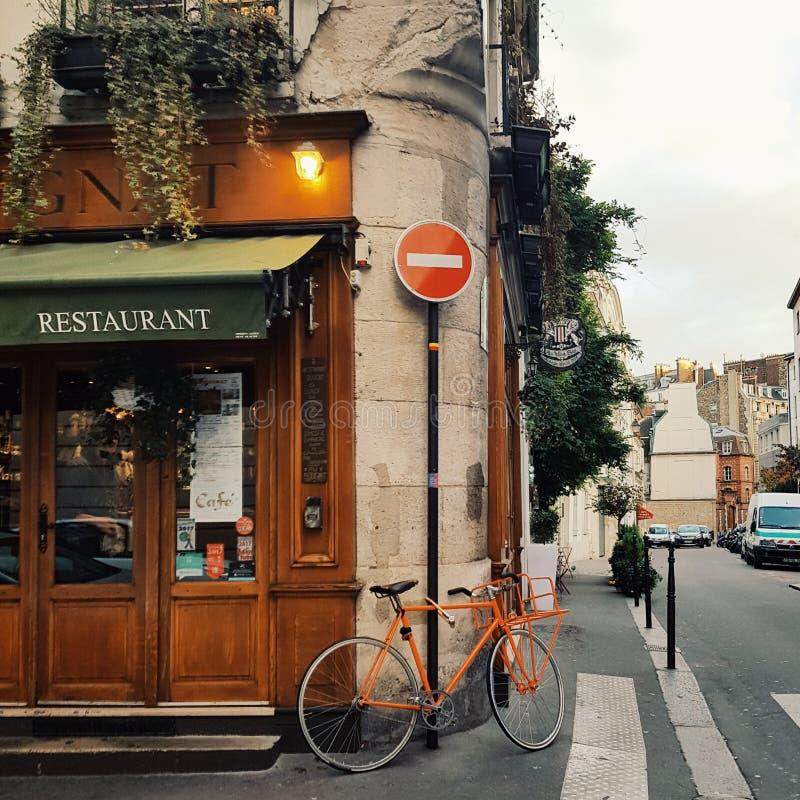 Fachada de Parisien, el típico del diseño urbano en París fotografía de archivo
