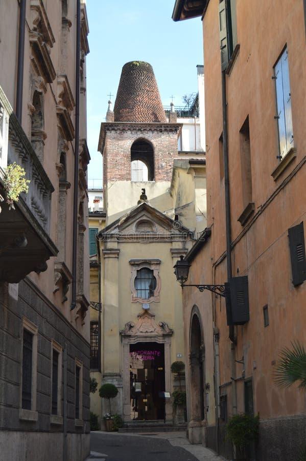 Fachada de PrinciaI da igreja do quadrado de Matteo Of Verona In Bra da aleia de San Matteo Converted Into Pizzeria In em Verona  fotografia de stock royalty free