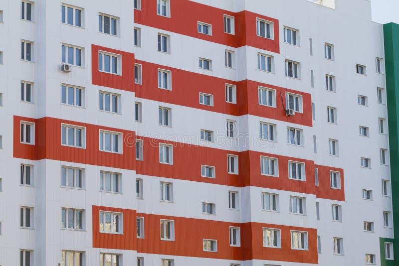 A fachada de um novo edifício residencial moderno, com vários andares, na Rússia fotografia de stock royalty free
