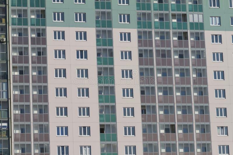 A fachada de um novo edifício residencial moderno, com vários andares, na Rússia fotos de stock royalty free