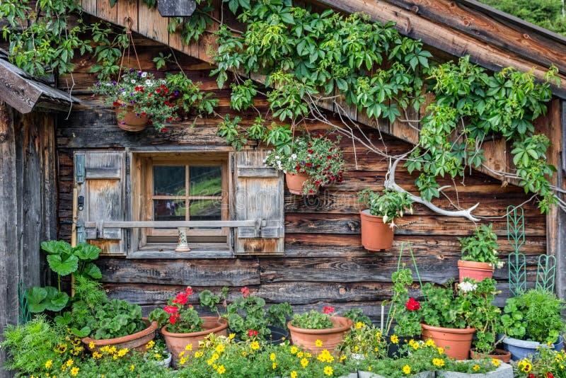 Fachada de uma cabine de madeira velha nos cumes fotos de stock