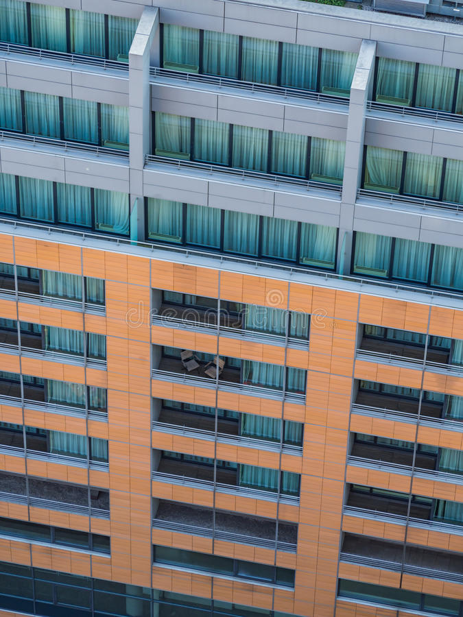 Fachada de uma casa de apartamento moderna imagem de stock