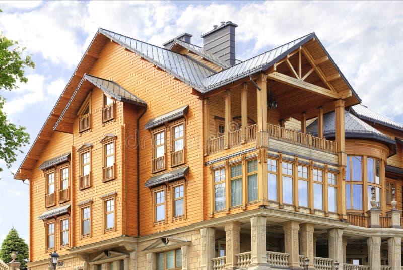 A fachada de uma casa de madeira bonita em três assoalhos fotos de stock