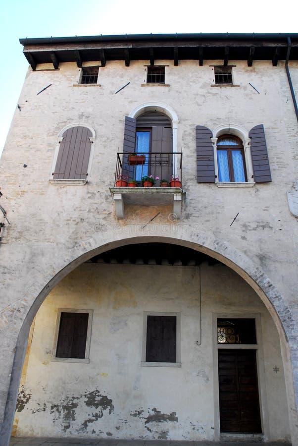 Fachada de uma construção em Oderzo na província de Treviso no Vêneto (Itália) imagem de stock