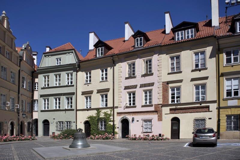 Fachada de uma construção histórica na cidade velha Arquitetura bonita de cantos da obscuridade do ` s de Varsóvia Textura figura foto de stock