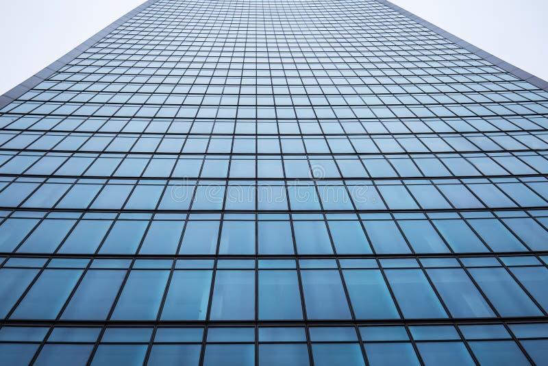 Fachada de uma construção moderna do arranha-céus do escritório na cidade fotos de stock