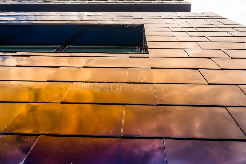 A fachada de uma construção moderna feita dos painéis de vidro, azuis em que o céu é refletido imagens de stock royalty free