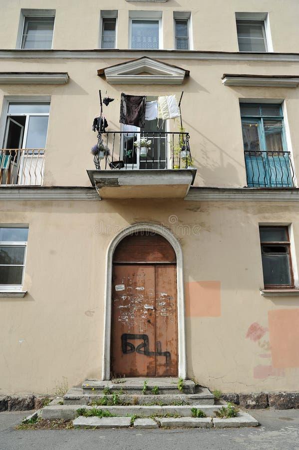 Fachada de uma construção residencial que exige a restauração e o repai fotografia de stock royalty free