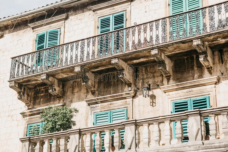 A fachada de uma construção velha ordinária com janelas e balcões em Montenegro foto de stock royalty free