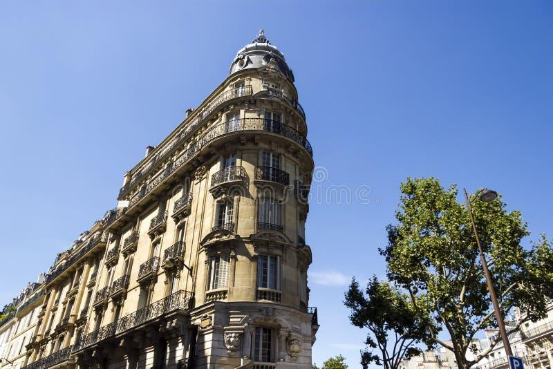 Fachada de uma construção viva tradicional em Paris imagem de stock