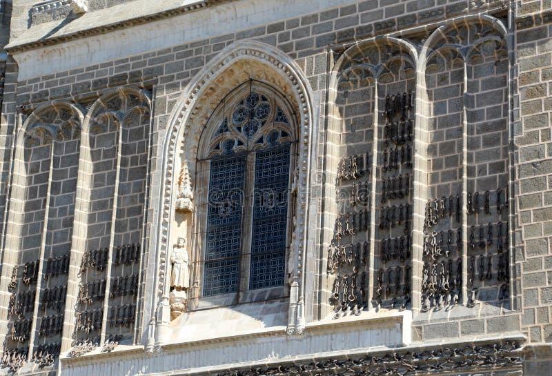 Fachada de uma igreja velha, com as correntes pendentes imagens de stock