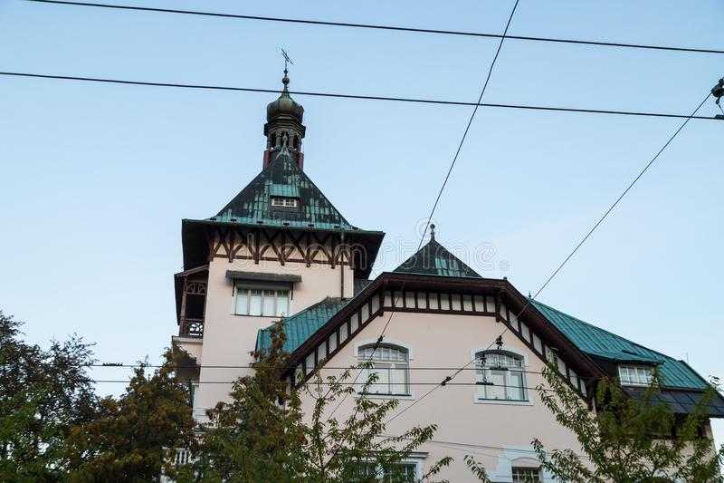 Fachada de un edificio agradable Fragmento de la pared de la casa Visi?n inferior imagen de archivo