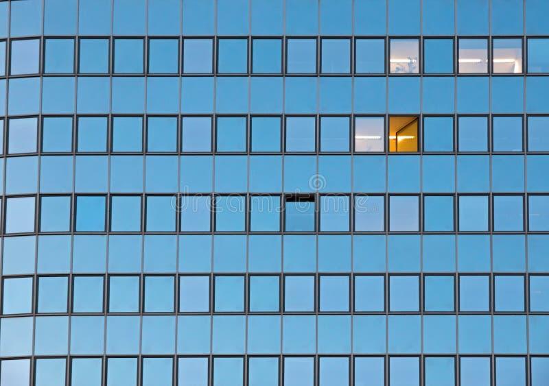 Fachada de un edificio de oficinas fotografía de archivo libre de regalías