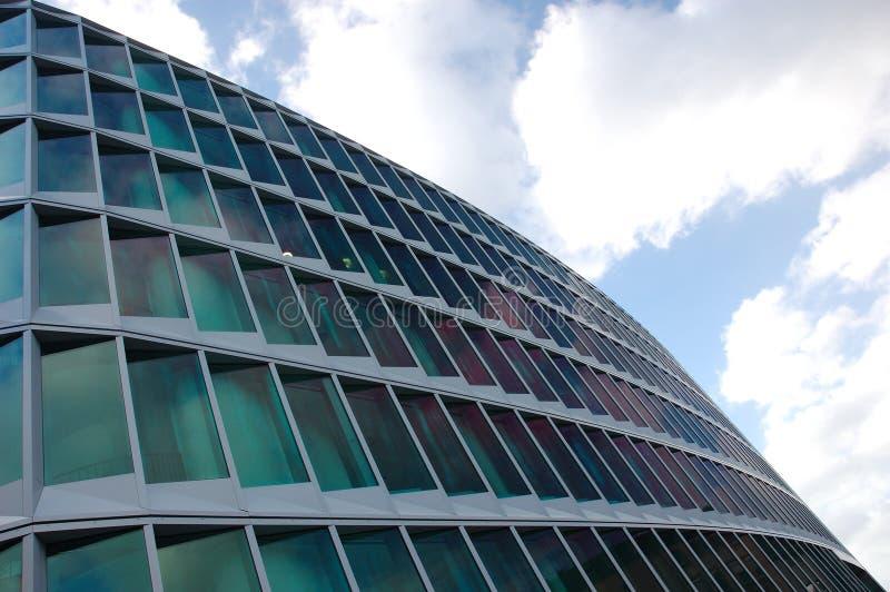 Fachada de un edificio de oficinas moderno imágenes de archivo libres de regalías