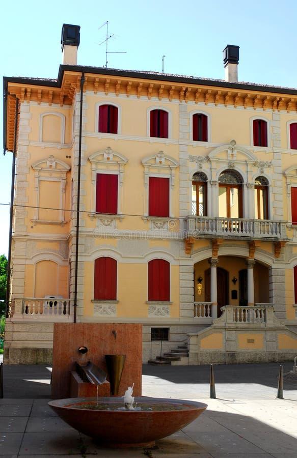 Fachada de un edificio en Motta di Livenza en la provincia de Treviso en el Véneto Italia imágenes de archivo libres de regalías