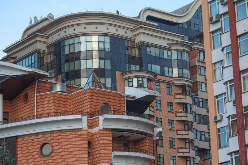Fachada de un edificio moderno, de varios pisos imagenes de archivo