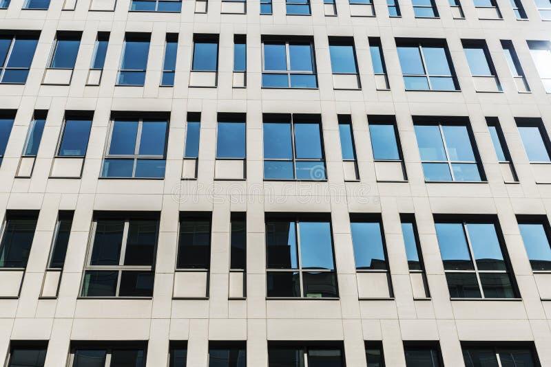 Fachada de un edificio de oficinas moderno en Bruselas, Bélgica imagen de archivo