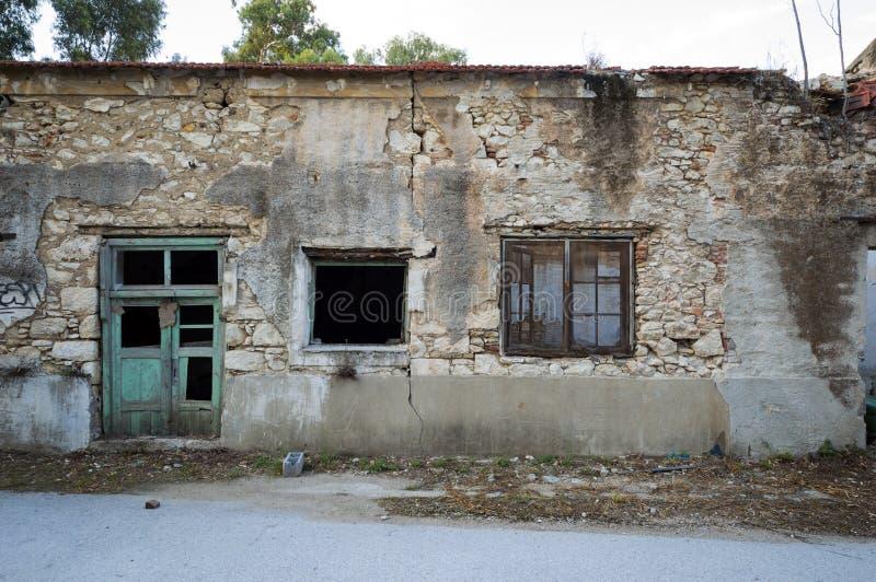 Fachada de un edificio de piedra arruinado y dilapidado foto de archivo libre de regalías