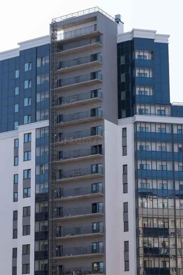 Fachada de un nuevo edificio residencial de varios pisos arquitectura de la ciudad moderna imagenes de archivo