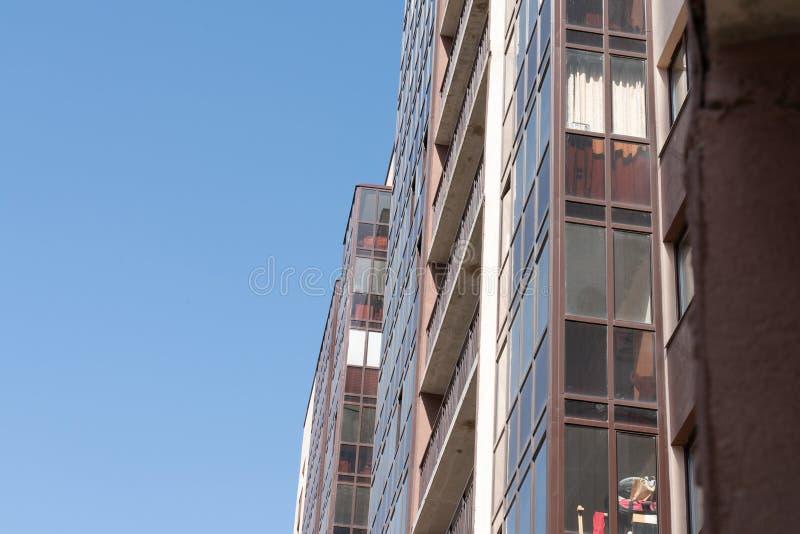 Fachada de un nuevo edificio residencial de varios pisos arquitectura de la ciudad moderna fotos de archivo libres de regalías