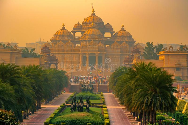 Fachada de un templo Akshardham en Delhi, la India foto de archivo