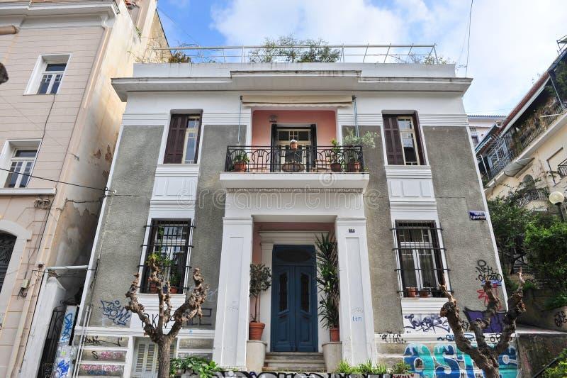 Fachada de una casa en el centro de ciudad de Atenas fotos de archivo