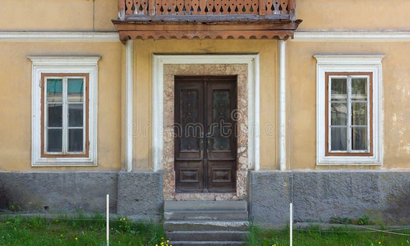 Fachada de una casa tradicional de Unhinabited fotografía de archivo