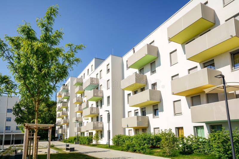 Fachada de una construcción de viviendas moderna en la ciudad imagenes de archivo