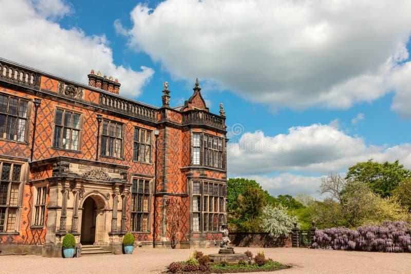 Fachada de una mansión inglesa histórica en ladrillo rojo fotos de archivo libres de regalías