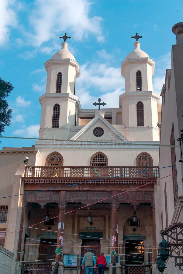 Fachada de una pequeña iglesia copta con un pórtico de madera de la columna en el cuarto cristiano de El Cairo fotos de archivo libres de regalías