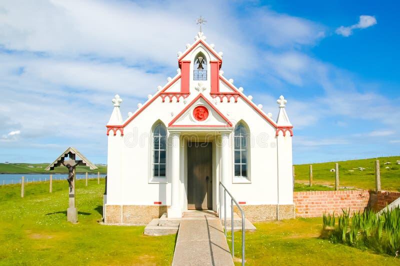 Fachada de una pequeña iglesia rural en el campo - la capilla italiana, Reino Unido fotografía de archivo libre de regalías